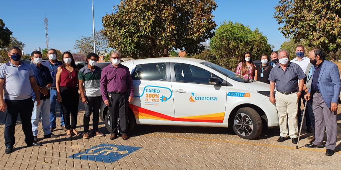 Membros do CEETO assistemdemonstração de carro totalmente elétrico durante reunião ordinária